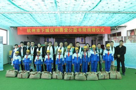 """杭州女作家赴西藏那曲""""文化走亲"""" 公益众筹献爱心"""
